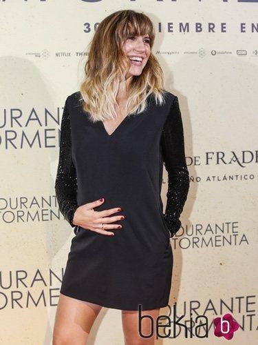 Aina Clotet luce embarazo durante el estreno de la película