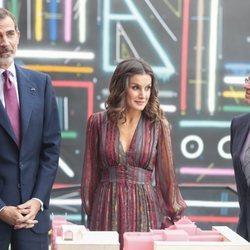 Los Reyes Felipe y Letizia con Josep Borrell en el Centro Cultural de España en Lima