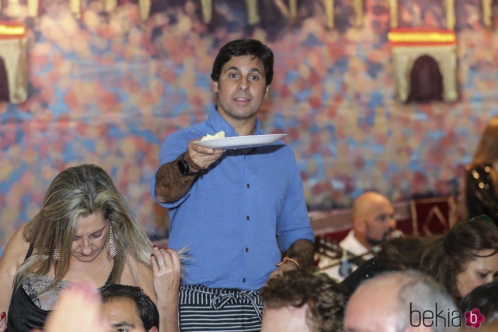Francisco Rivera ejerce de camarero en el Rastrillo Nuevo Futuro 2018