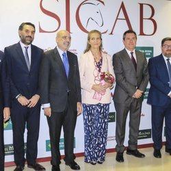 La Infanta Elena posa con las autoridades en la 28ª edición del SICAB en Sevilla