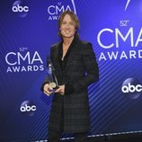 Keith Urban posando con su premio de los Country Music Association Awards 2018