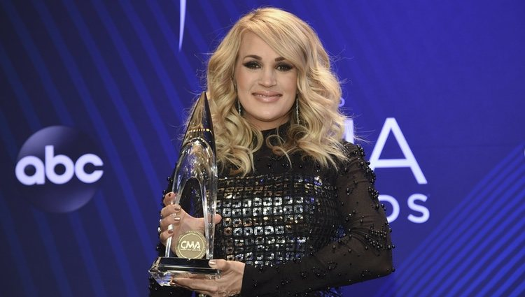 Carrie Underwood posando con su premio de los Country Music Association Awards 2018