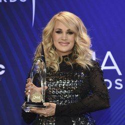 Carrie Underwood posando con su premio de los Country Music Association Awards 2018
