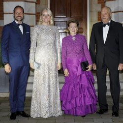 Los Reyes Harald y Sonia y los Príncipes Haakon y Mette-Marit de Noruega en el 70 cumpleaños del Príncipe Gales
