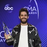 Thomas Rhett posando con su premio de los Country Music Association Awards 2018