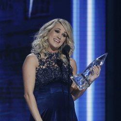 Carrie Underwood recogiendo su premio de los Country Music Association Awards 2018