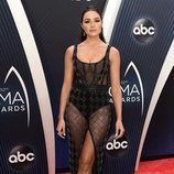Olivia Culpo posando en la alfombra roja de los Country Music Association Awards 2018