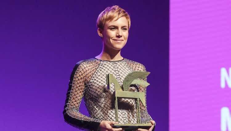 Aura Garrido posando con su galardón en los Premios Ondas 2018