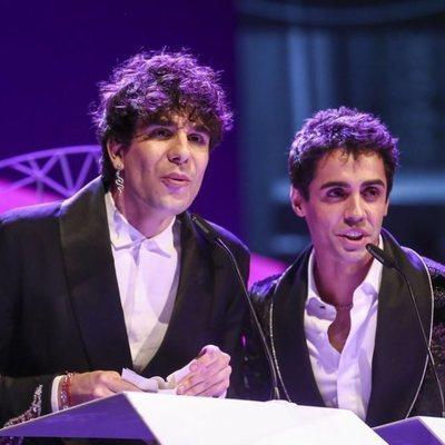 Javier Ambrossi y Javier Calvo recogiendo su galardón en los Premios Ondas 2018