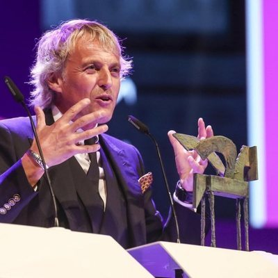 Jesús Calleja recogiendo su galardón en los Premios Ondas 2018