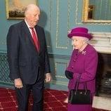 Harald de Noruega durante un encuentro con Isabel II en Londres