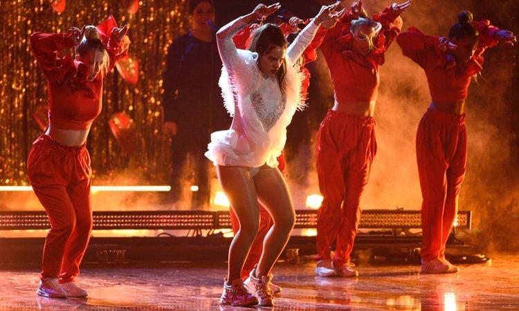 Rosalía cantando 'Malamente' en los Grammy Latinos 2018