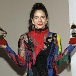 Rosalía con los dos premios ganados en los Grammy Latinos 2018