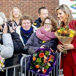 Máxima de Holanda posa para una foto con una ciudadana en Utrecht