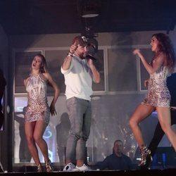 Kiko Rivera cantando para todos sus invitados su single 'Mentirosa'