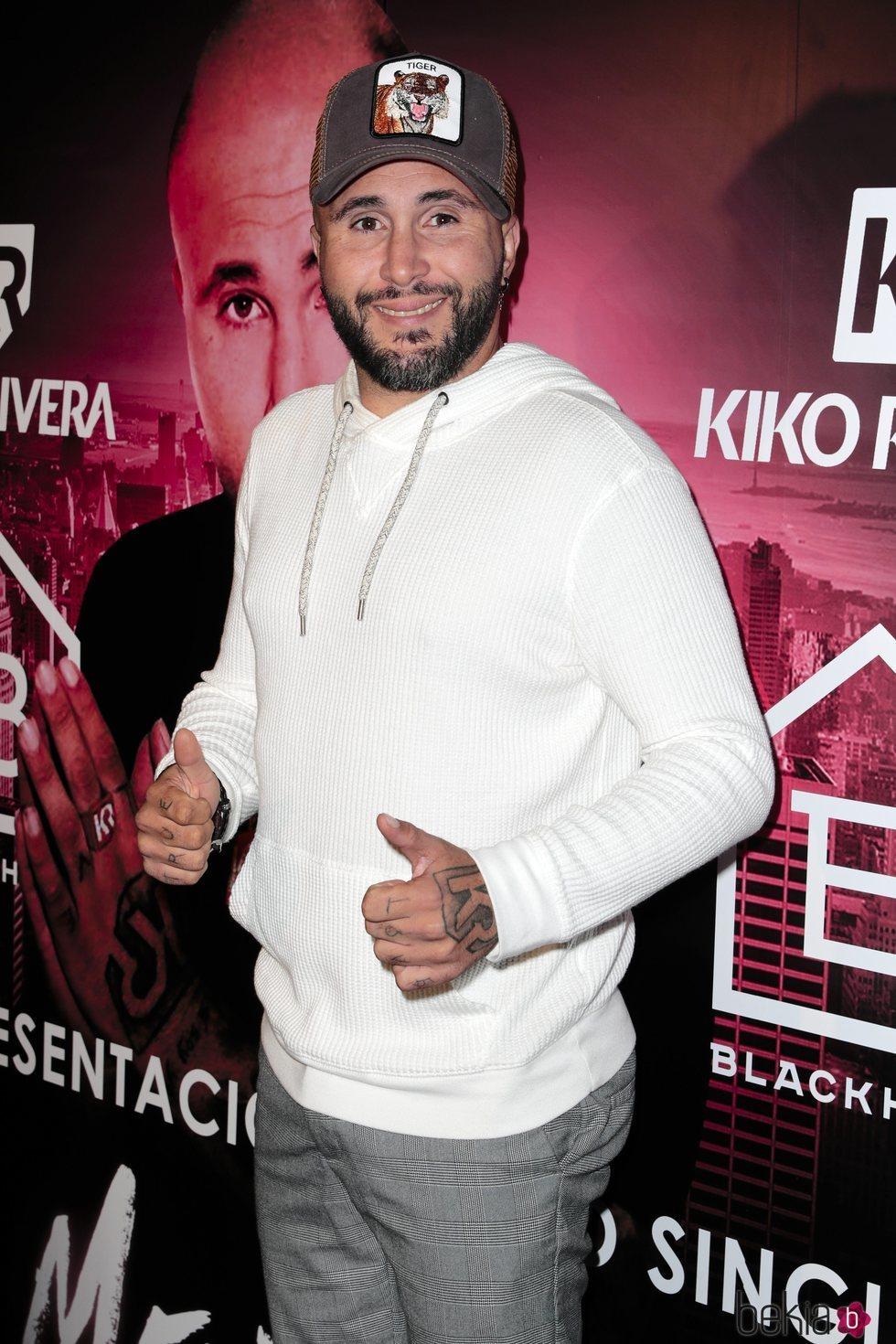 Kiko Rivera posando feliz en la presentación de su single 'Mentirosa'