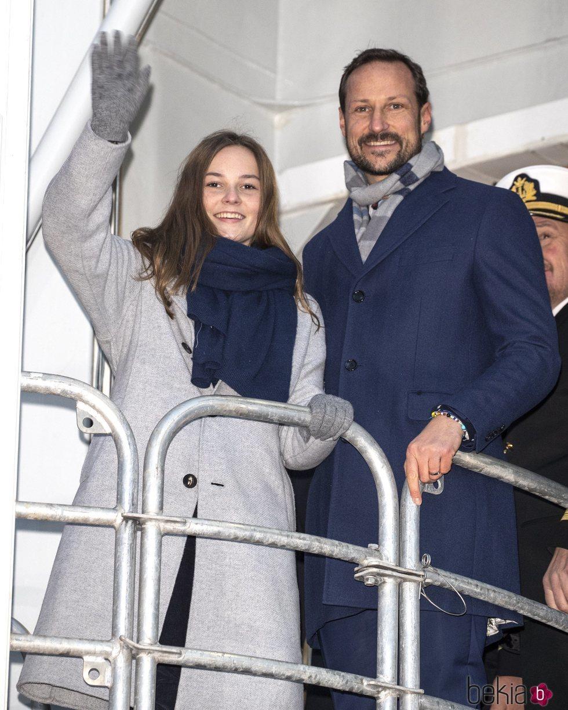 Haakon e Ingrid Alexandra de Noruega tras bautizar el barco Príncipe Haakon