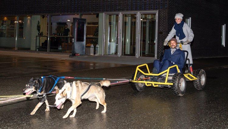 Ingrid Alexandra lleva a Haakon de Noruega en un transporte tirado por perros