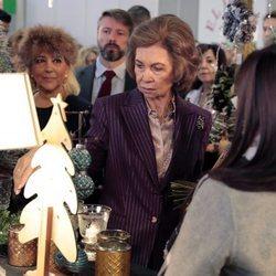 La Reina Sofía en un puesto navideño del Rastrillo Nuevo Futuro 2018