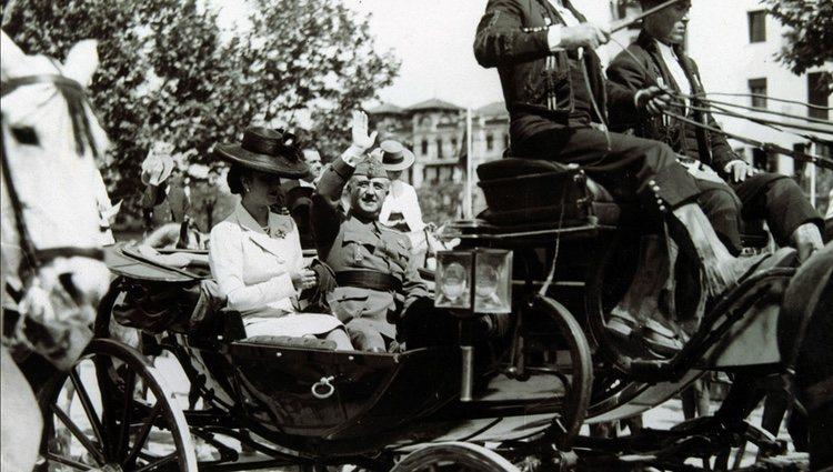 Francisco Franco y Carmen Polo paseando por Sevilla en un carro de caballos
