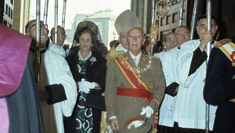 Francisco Franco y Carmen Polo entrando bajo palio en una iglesia
