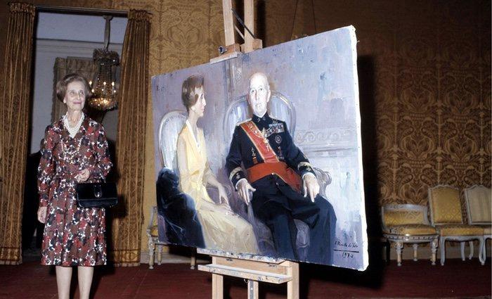 Carmen Polo posa junto a un retrato en el que aparece junto a su marido