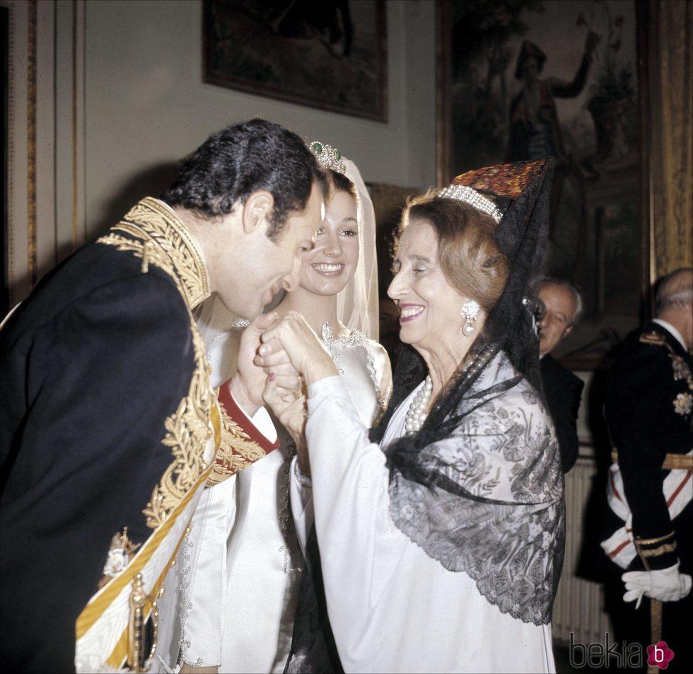 Alfonso de Borbón besando a Carmen Polo el día de su boda con Carmen Martínez-Bordiú