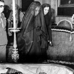 Carmen Polo y Carmen Franco observan el cadáver de Francisco Franco