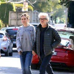 Alfonso Cuarón y Shererazade Goldsmith dando un paseo