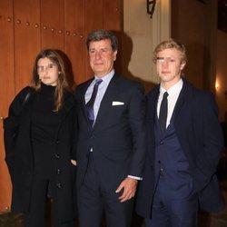 Cayetano Martínez de Irujo con sus hijos Luis y Amina en la misa por el cuarto aniversario de la muerte de la Duquesa de Alba