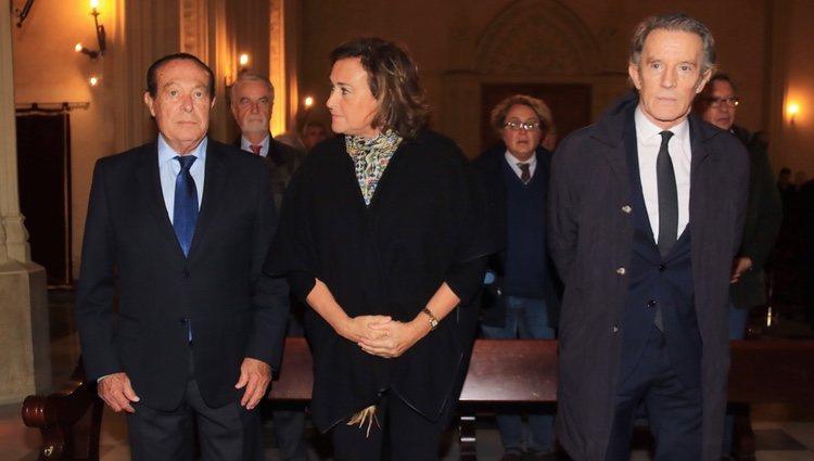 Alfonso Díez, Curro Romero y Carmen Tello en la misa por el cuarto aniversario de la muerte de la Duquesa de Alba