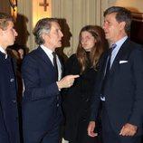 Alfonso Díez hablando con Cayetano Martínez de Irujo en la misa por el cuarto aniversario de la muerte de la Duquesa de Alba