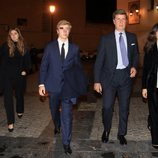 Cayetano Martínez de Irujo con sus hijos Luis y Amina y su novia Bárbara Mirjan en la misa por el cuarto aniversario de la muerte de la Duquesa de Alba