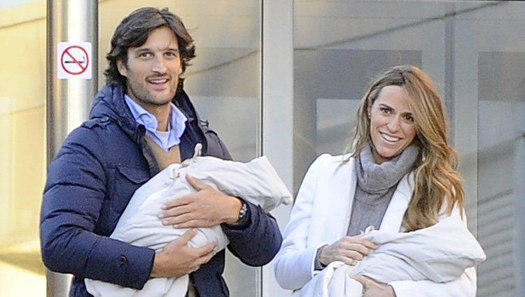 Rafa Medina y Laura Vecino presentan a sus hijos mellizos a la prensa