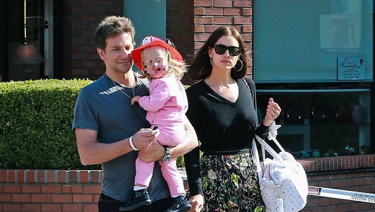 Irina Skayk y Bradley Cooper con su hija Lea