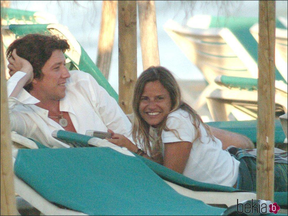 Eugenia Martínez de Irujo y Nicolás Vallejo-Nágera en una playa de Marbella