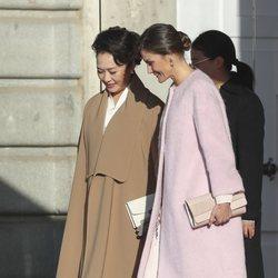 La Reina Letizia y la Primera Dama de China muy cómplices en el Palacio Real de Madrid