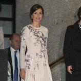 La Reina Letizia durante su visita al Teatro Real junto a la Primera Dama de China