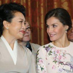 La Reina Letizia y la Primera Dama de China sonrientes durante su visita al Teatro Real