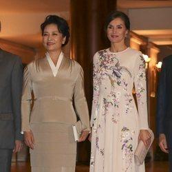 La Reina Letizia y la Primera Dama de China posan durante su visita al Teatro Real