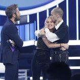 María OT y su novio en el escenario