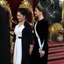 La Reina Letizia y Peng Liyuan en la cena de gala al presidente de China