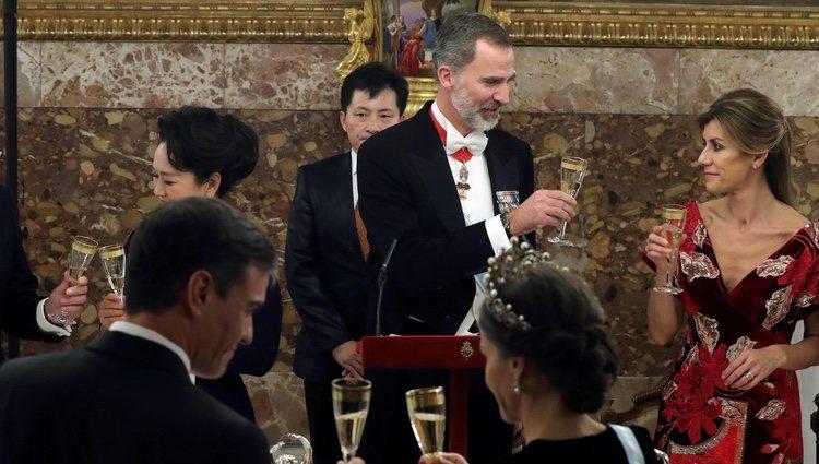 El Rey Felipe brinda con Begoña Gómez y la Reina Letizia con Pedro Sánchez en la cena al Presidente de China