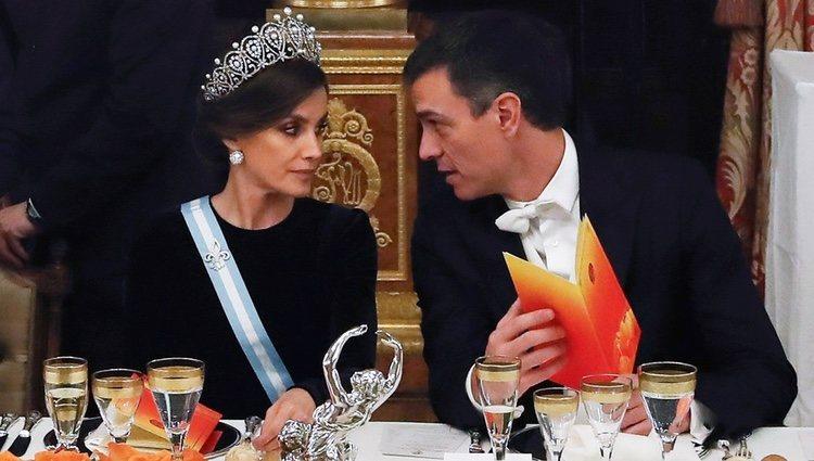 La Reina Letizia y Pedro Sánchez en la cena de gala al Presidente de China
