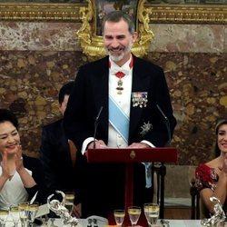 El Rey Felipe dando un discurso junto a Begoña Gómez y Peng Liyuan en la cena de gala al Presidente de China