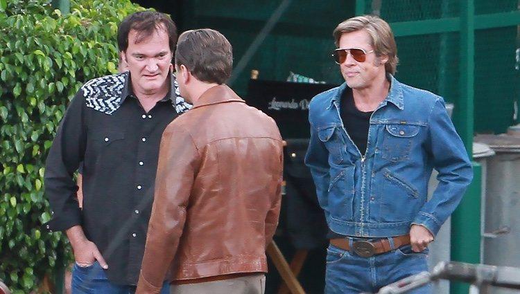 Quentin Tarantino junto a Brad Pitt y Leonardo DiCaprio en el rodaje