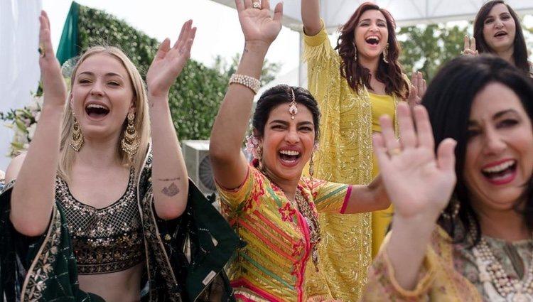 Priyanka Chopra y Sophie Turner durante la boda de Nick Jonas y Priyanka Chopra