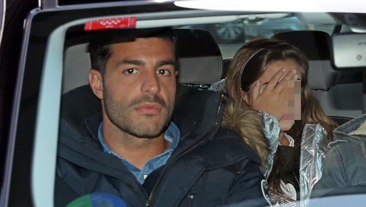 Miguel Torres y Daniella Bustamante en un coche