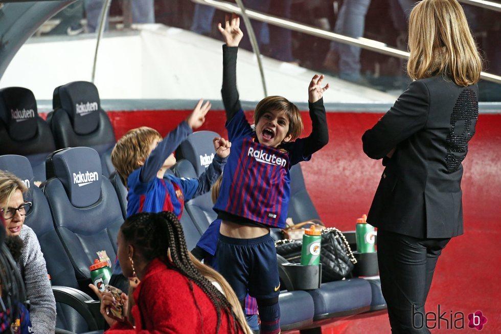 Milan y Sasha Piqué divirtiéndose en el Camp Nou