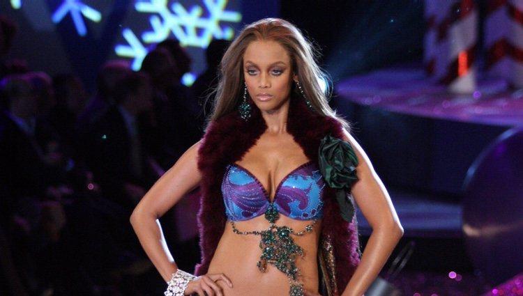 Tyra Banks desfilando para Victoria's Secret